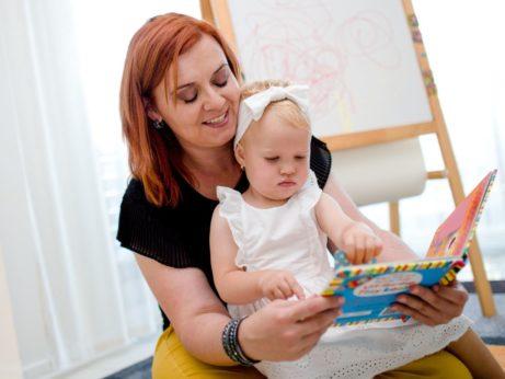 Silvia číta anglickú knižku dieťaťu, ktoré ukazuje na obrázok